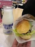ラムバーガー&牛乳。